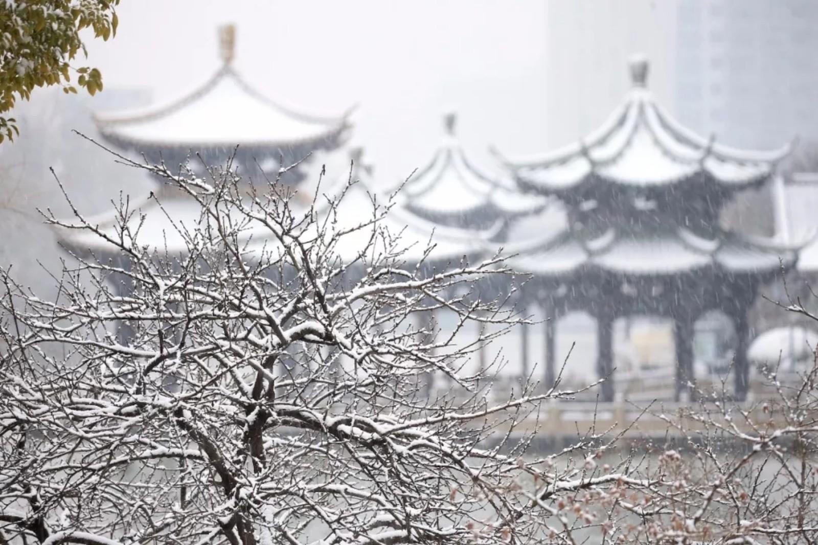 江苏南通,濠河风景区,一片银白,别样浪漫.