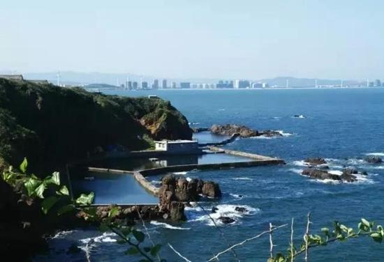 乘坐索道从空中一览海岛风光  脚下茂密翠绿的森林   岛岸崖边重峦