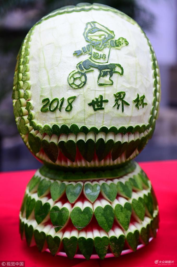 西瓜上雕刻世界杯球星 栩栩如生