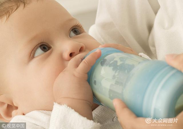在儿童医院门诊部,总会看到很多家长抱着表情蔫蔫的、额头贴着退烧贴的孩子焦急等待就医的情景。孩子发烧家长心急,可以理解,但心急不要乱了方寸,多数情况下孩子发烧不一定要到医院来。    如果孩子体温在38.5以下,可采用物理降温治疗,适当多喂些水。若孩子体温明显升高,超过38.