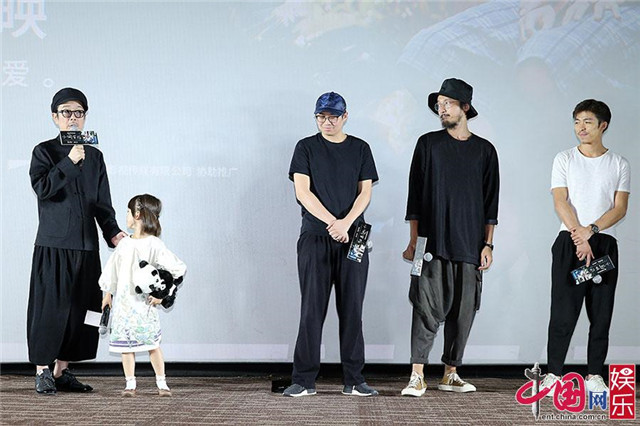 7月31日,戛纳金棕榈获奖影片《小偷家族》在京举行中国首映礼。影片主演Lily Franky、佐佐木美结出席现场,并分享了许多拍摄本片的感受。《我不是药神》剧组文牧野、王传君、章宇特意上台为影片打气,导演管虎、张一白、滕华涛、叫兽易小星、姚婷婷、编剧史航等人也来到现场,并分享了观影体会。    《小偷家族》传达温暖治愈力量 主演畅聊幕后故事   影片《小偷家族》讲述柴田家靠犯罪来维持家计,在一家之主柴田治捡回一个遍体鳞伤的小女孩后,这个家庭的秘密渐渐曝光的故事。   在首映礼发布会上,主演Lily
