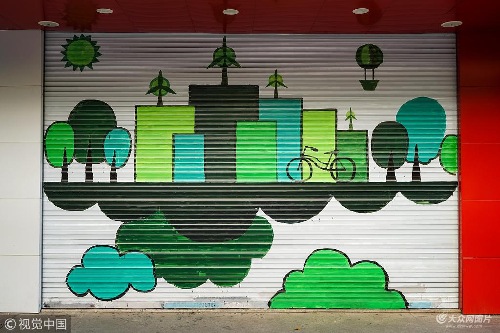 精美的涂鸦作品亮相沿街商家的卷帘门上,成为街头一道独特的风景线.