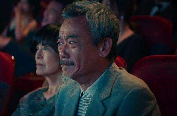 《新喜剧之王》的父亲戳中泪点    对谈嘉宾:张琪(演员)   对谈记者:李俐   《新喜剧之王》中,除了王宝强、鄂靖文饰演的男女主角,一众配角也有亮眼表现。而其中给观众留下最深印象的,当属饰演如梦父亲的演员张琪,他塑造的这位中国式父亲不仅让观众笑,也承包了全片的泪点。   其实,张琪也是业内的资深前辈了,先后在广州市话剧团、广东电视台演员剧团工作,曾在去年播出的电视剧《娘道》中出演三叔公。这一次,他在《新喜剧之王》中饰演的父亲一角,用 刀子嘴、豆腐心来概括是再合适不过了。虽然他反对女儿做演