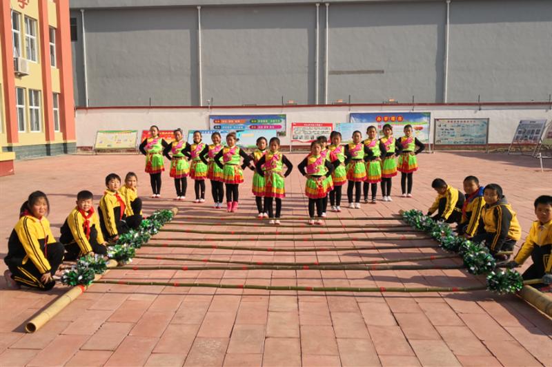 日照市莒县龙山镇中心小学:竹竿舞成为学校上海快三开奖结果快项目