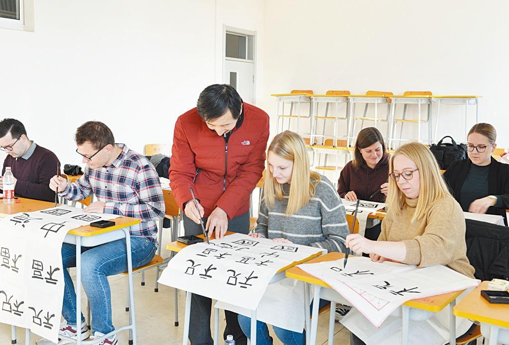 洋学生学写中国字