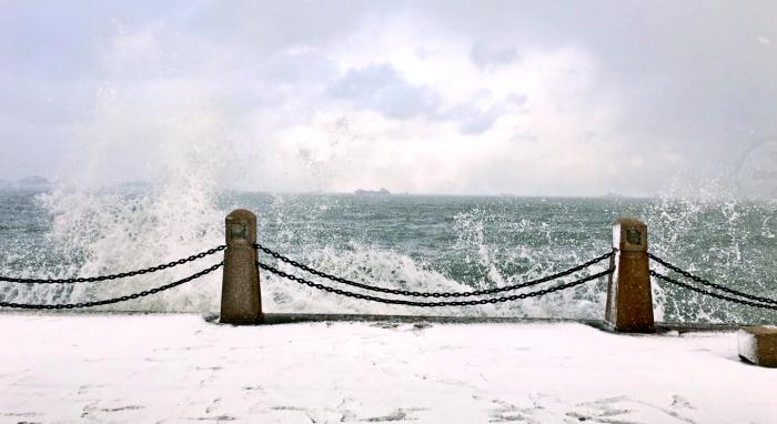 惊涛拍岸!这是烟台冬天的海......