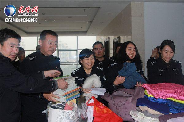 """东营民警为云南""""冰雪男孩""""献爱心"""