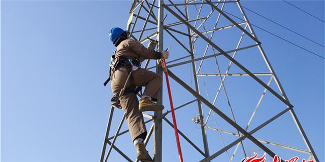 德州电力工人50米高空检修保春节供电