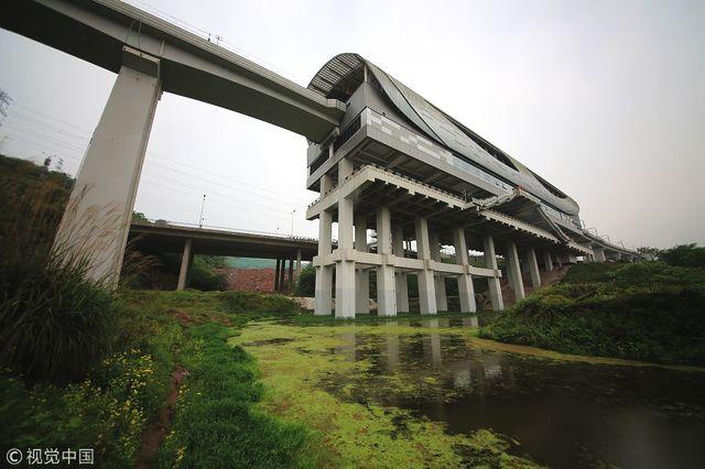 """重庆一""""任性""""地铁站建在池塘上"""