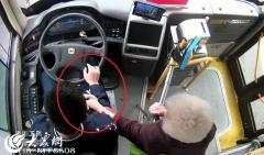 青岛大姨强行给公交司机塞糖 背后原因很暖心