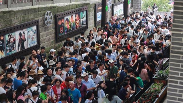 长江索道排百米长队排队2小时体验5分钟