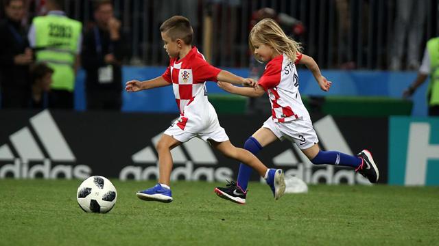 球技不孬!克罗地亚球员爱子赛后上场
