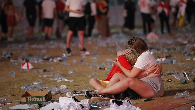 英格兰输球又输人!球迷赛后垃圾扔满地