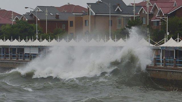 """台风""""安比""""过境 青岛沿海掀大浪"""