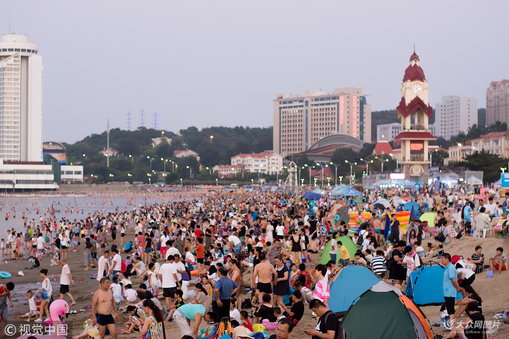 烟台热浪来袭 海水浴场游人众多
