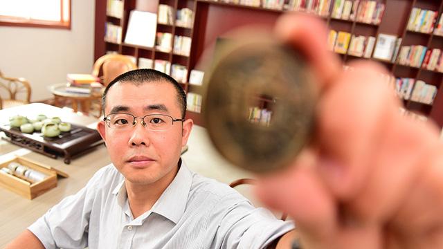 青岛男子收藏万枚古钱币 自建古钱博物馆