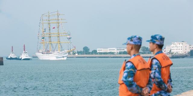 """印尼海军""""神圣毕玛""""号风帆训练舰访问青岛(多图)"""