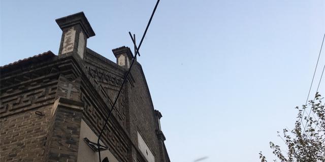 百年秦董姜教堂 小村里的哥特式建筑