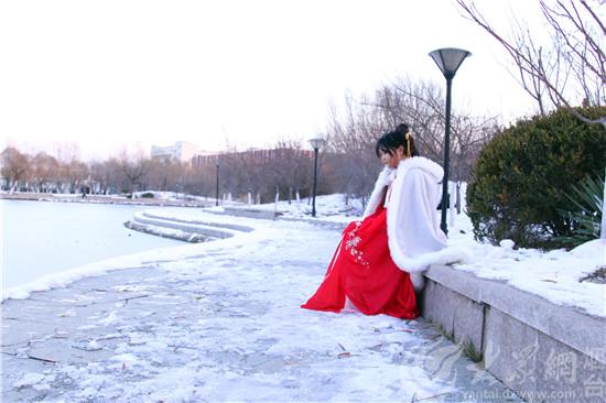 """一袭红裳踏雪来!烟台""""汉服小姐姐""""雪后走红校园"""