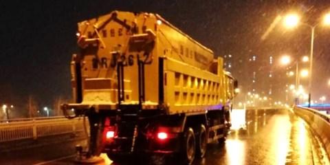 以雪为令 菏泽市城管局连夜出动30余台除雪铲车