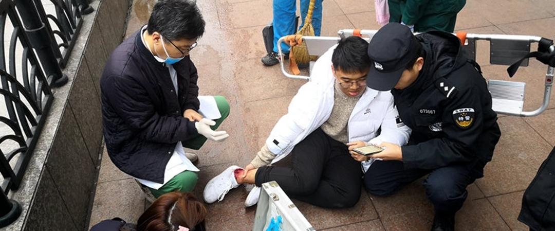 点赞!寒风里青岛铁警单膝跪地20分钟救助骨伤学生
