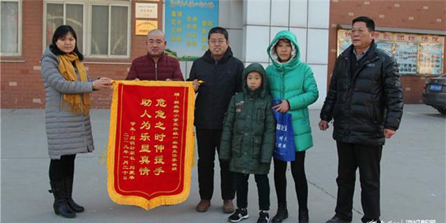 央视报道禹城教师救人事件 中毒母子为老师送去锦旗