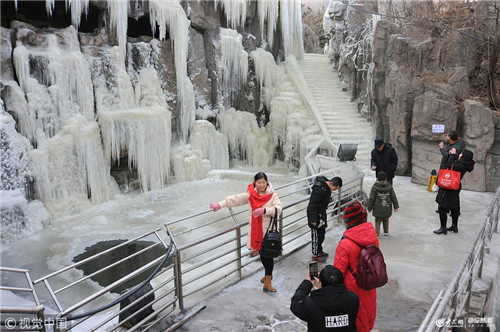 【高清图集】冰雪世界奇妙无穷 烟台塔山景区出现冰瀑景观