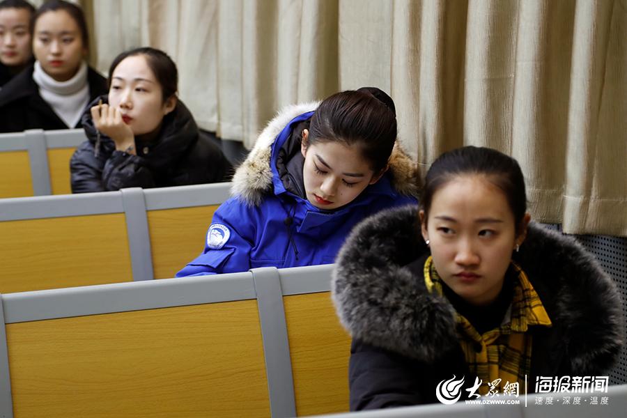 2月17日,山东艺术学院考场内等待舞蹈学专业复试的考生。