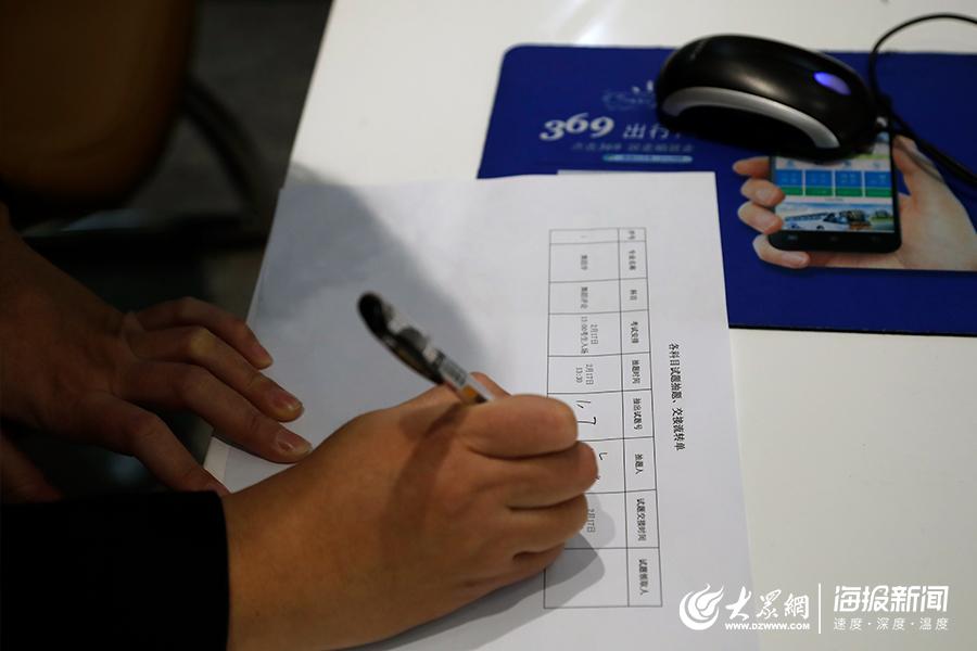 参与抽题的代表进行现场签字确认