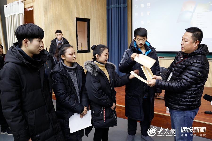 考场内学生代表进行试题二次抽选