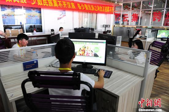 图为某电商园内的办公区。 中新网记者 富宇 摄