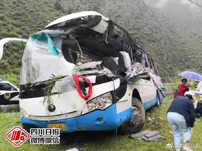 四川旅游大巴被落石击中 8人遇难16人受伤