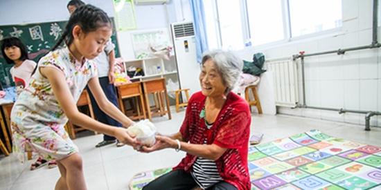 记者探访日照台风安置点:暖心!泪目!第一份饭先拿给奶奶