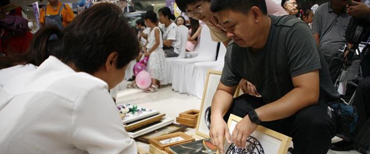 东营义工举办助梦折翼天使义卖活动 带动残疾人融入社会