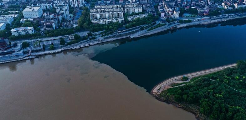 湖北宜昌:长江清江现壮观分界线