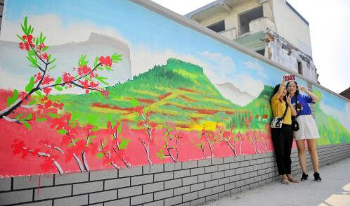 解放东路有一面高颜值手绘墙,四季风景都有