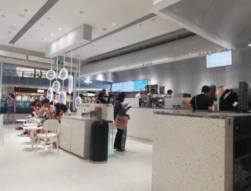 探访打人的喜茶店:生意依旧火爆 一杯饮品要等25分钟 8名店员忙