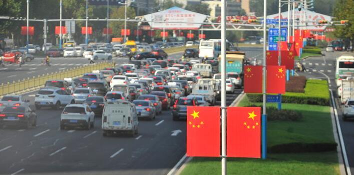 济南街头国旗迎风展