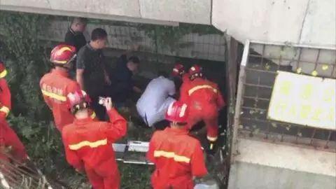 男子坠下胶州湾大桥 伤势严重!消防破拆栅栏救援