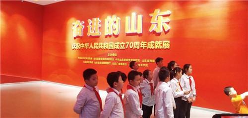 """##""""红领巾""""打开国庆阅兵名片"""