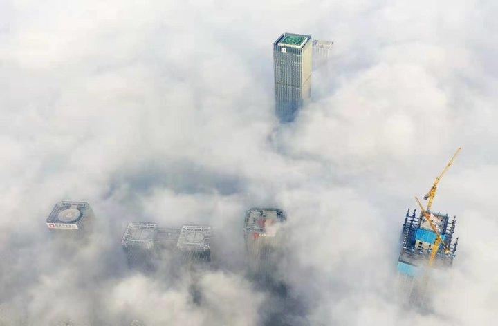 濟南現平流霧,高樓立于云層之上