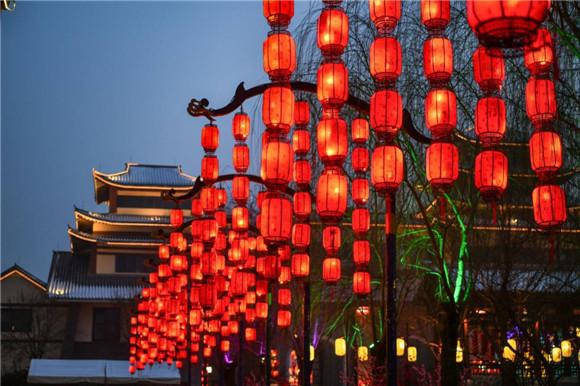 济南:大红灯笼挂起来 扮靓街头年味浓