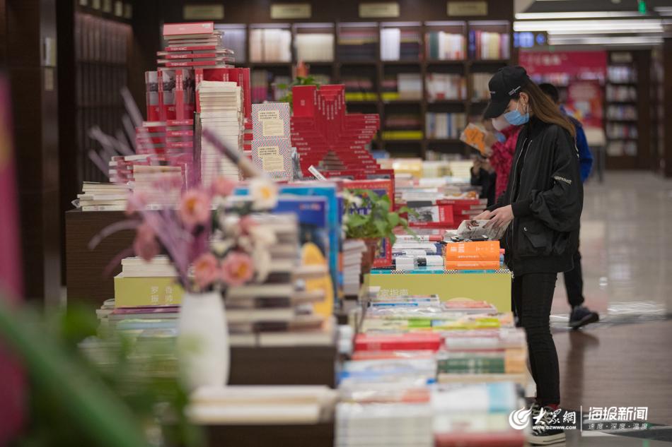 """""""线上""""闻不到书香 年轻人跑来书城看书"""