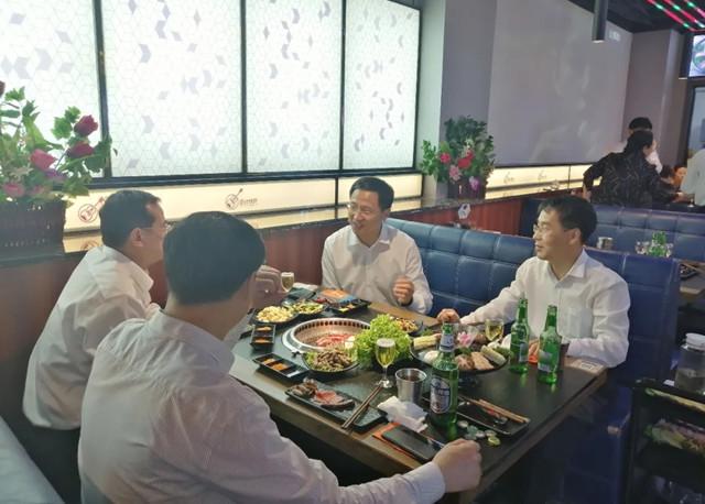 """市委书记带头打卡音乐烤吧 潍坊发力""""夜经济"""""""