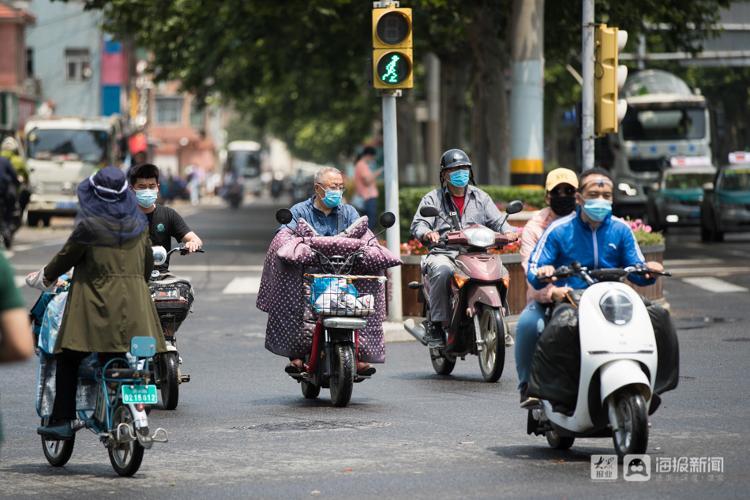 济南街头骑电动车不戴头盔暂不罚