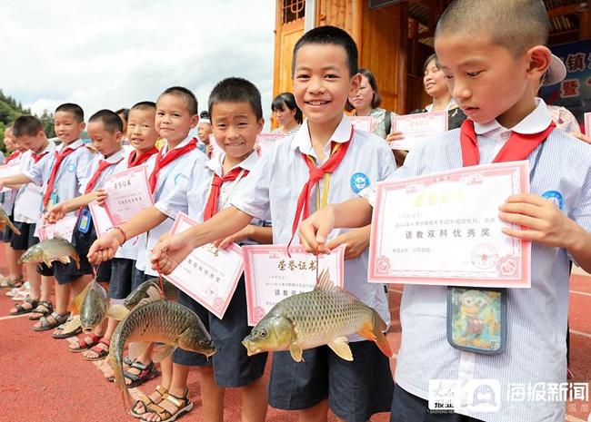 小学期末发鱼奖励品学兼优学生