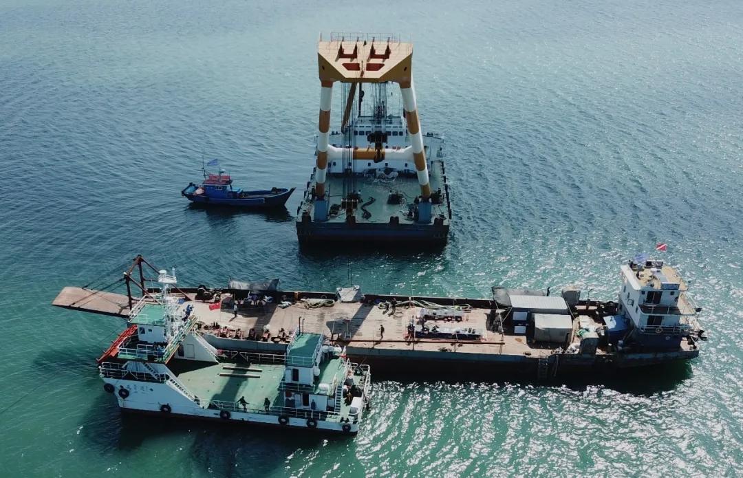 定远舰18吨铁甲在威海刘公岛海域被打捞出水