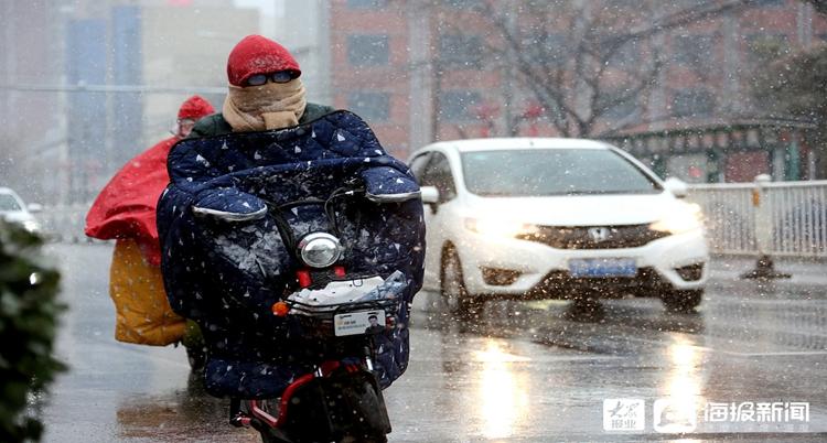 枣庄迎来降雪天气 市民冒雪出行