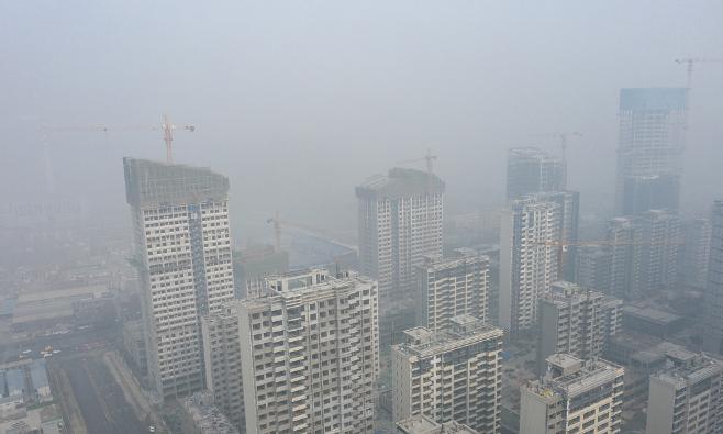 济南现大雾天气 城市被大雾笼罩