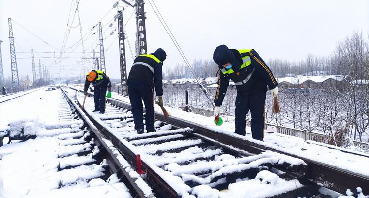 临沂普降中雪 铁路人确保旅客有序出行